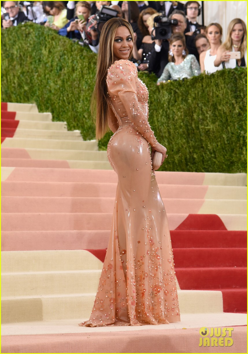 beyonce-2016-met-gala-red-carpet-01
