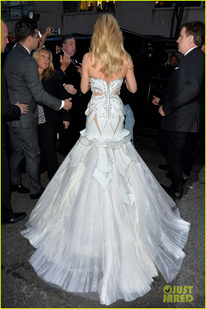 kate-hudson-gets-photobombed-by-lady-gaga-at-met-gala-11